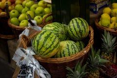 Melancias na venda no suporte de fruto Fotografia de Stock