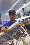 Melandri die van Marco autographs voor ventilators ondertekent Royalty-vrije Stock Fotografie