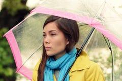 Melankoli - melankolisk kvinna i regn Royaltyfri Bild