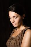 Melankolisk kvinna med ett allvarligt uttryck Arkivfoto