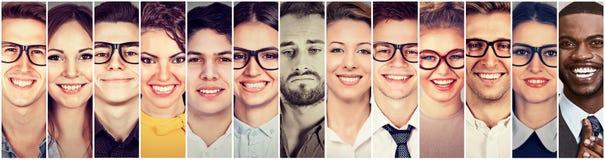 Melankolisk outlier Ledsen eftertänksam ung man bland gruppen av lyckligt folk royaltyfri bild