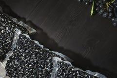 Melanocarpa van Aronia van Chokeberrybessen wordt ingepakt in vacuümzakken en zwarte bessen op donkere lijst royalty-vrije stock fotografie