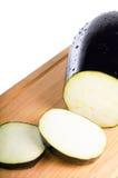 Melanzana affettata nella scheda della cucina Fotografia Stock Libera da Diritti