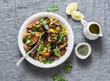 Melanzana al forno di stile Mediterraneo, pomodori ciliegia freschi ed insalata del coriandolo - spuntino delizioso sano, aperiti fotografie stock