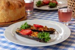 Melanzana farcita con le verdure su un piatto fotografia stock libera da diritti