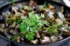 Melanzane arrostite con le spezie e le erbe che cuociono alto vicino del piatto Fotografia Stock Libera da Diritti