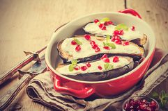 Melanzane arrostite con salsa fotografie stock