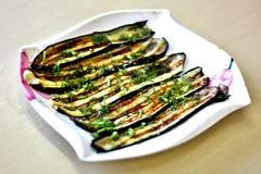 Melanzane grigliate spruzzate con le erbe, su un piatto immagine stock libera da diritti