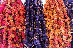 Melanzane secche e peperoni dolci che appendono davanti ad un negozio immagine stock