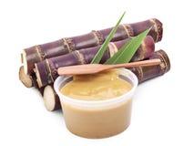 Melassa della canna da zucchero o sagù duro e zucchero isolato Immagine Stock