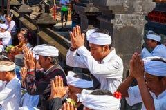 Melasti-Ritual wird vor Nyepi - ein Balinese-Tag der Ruhe durchgeführt Lizenzfreies Stockfoto