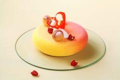 Melba - modern moussekaka som är dold med kulör sammetsprej Royaltyfria Foton