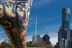 Melbourne: Angel Sculpture y el horizonte Fotos de archivo libres de regalías