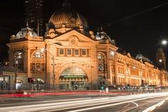 Melbourne, Austrália - 17 de agosto de 2016: Estrada de ferro de rua do Flinders Fotografia de Stock