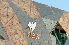 Melbourne, Austrália - 29 de agosto de 2018: Logotipo de SBS em escritórios do ` s Melbourne de SBS no quadrado da federação fotos de stock royalty free