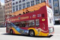Melbourne, Austrália - 16 de dezembro de 2017: Ônibus Sightseeing do ônibus de dois andares da cidade em Melbourne na cidade Fotografia de Stock Royalty Free