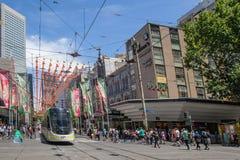 Melbourne, Austrália - 16 de dezembro de 2017: Humor do Natal na rua do centro de Melbourne Bourke Foto de Stock