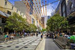 Melbourne, Austrália - 16 de dezembro de 2017: Rua de Bourke durante o Natal Imagens de Stock Royalty Free