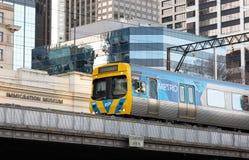 Melbourne, Austrália - 6 de julho de 2018: Trem do metro da pinta em Melbourne CBD fotografia de stock royalty free