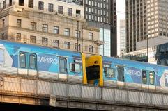 Melbourne, Austrália - 6 de julho de 2018: Trem do metro de Melbourne no CBD fotografia de stock royalty free
