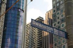 Melbourne, Austrália - 21 de setembro de 2018: Sinal e torres de rua de Swanston sob a construção no fundo fotos de stock royalty free
