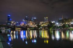 MELBOURNE, AUSTRÁLIA - EM ABRIL DE 2014: Skyline na noite imagens de stock