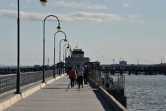MELBOURNE, AUSTRALIË - AUGUSTUS 14, 2017 - Mensen die op st Kilda het strand ontspannen royalty-vrije stock foto