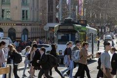 MELBOURNE, AUSTRALIË, 16 AUGUSTUS 2017 - Stadsverkeer in centrum bourke en flinder straat stock afbeelding