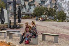 MELBOURNE, AUSTRALIË - AUGUSTUS 15 2017 - Toerist en studenten in Federatievierkant royalty-vrije stock afbeelding