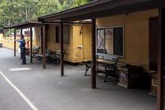 Melbourne, Australië - Januari 7, 2009: Stationschef het wachten de trein van de aankomststoom op Puffend Billy-postplatform Het  royalty-vrije stock foto's