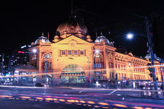 Melbourne, Australia - 17 agosto 2016: Ferrovia di via del Flinders Fotografia Stock Libera da Diritti