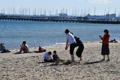 MELBOURNE, AUSTRALIA - 14 agosto 2017 - la gente che si rilassa sulla st Kilda la spiaggia fotografia stock