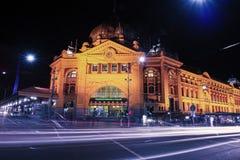 Melbourne, Australia - 17 de agosto de 2016: Ferrocarril de calle del Flinders Foto de archivo