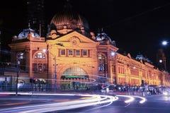 Melbourne, Australia - 17 de agosto de 2016: Ferrocarril de calle del Flinders Imagen de archivo