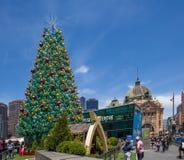 Melbourne, Australia - 16 de diciembre de 2017: Árbol de navidad hermoso enorme en el cuadrado de la federación Foto de archivo libre de regalías