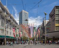Melbourne, Australia - 16 de diciembre de 2017: Calle de Bourke adornada para la Navidad Foto de archivo libre de regalías