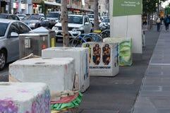 Melbourne, Australia - 6 de julio de 2018: Bolardos temporales del Anti-terrorismo en el lugar en calle del Flinders del ` s de M fotografía de archivo libre de regalías