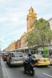 MELBOURNE, AUSTRALIA - 15 de marzo de 2017: Tráfico de la tarde en la estación de la calle del Flinders Imagen de archivo libre de regalías