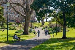 Melbourne, Australia - 21 de septiembre de 2018: Ámbito público en jardines de la asta de bandera imagenes de archivo