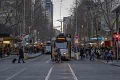 MELBOURNE, AUSTRALIA, el 16 de agosto de 2017 - bourke del tráfico de ciudad en el centro y calle del flinder imágenes de archivo libres de regalías