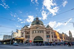 Melbourne, AUSTRALIA-11/04/18: Estación del Flinders del edificio histórico del ` s de la ciudad de Melbourne fotos de archivo