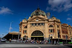 Melbourne AUSTRALIA-11/04/18: Flindersstationen är den iconic laen fotografering för bildbyråer