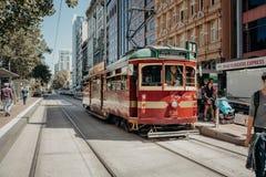 Melbourne AUSTRALIA, Marzec, -, 9 2017: Klasyczny tramwajowy bieg wzdłuż Flinders ulicy na Marzec 9, 2017 Zdjęcia Stock