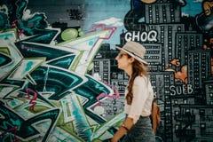 MELBOURNE AUSTRALIA, Marzec, - 12, 2017: Kobieta krzyżuje ulicę z graffiti ścianami w Melbourne, Australia Obrazy Royalty Free