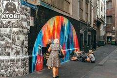 Melbourne AUSTRALIA, Marzec 9 2017, -: Ludzie i nastrojowy przy Degraves miejscem laneway, w centrum miasta Melbourne, Australia zdjęcie royalty free