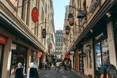 Melbourne AUSTRALIA, Marzec 9 2017, -: Ludzie i nastrojowy przy Degraves Uliczny laneway, w centrum miasta Melbourne, Australia obrazy royalty free