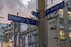 MELBOURNE, AUSTRALIE, le 16 août 2017 - circulation urbaine dans la rue centrale de bourke et de flinder images libres de droits