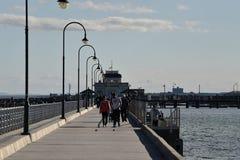 MELBOURNE AUSTRALIEN - AUGUSTI 14, 2017 - folk som kopplar av på st Kilda stranden royaltyfri foto