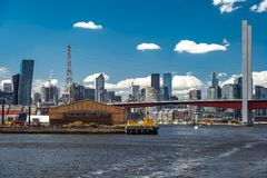 Melbourne Australien - Cityscape från den Yarra floden arkivbilder