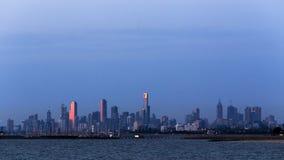 Melbourne Australien cityscape Sikt över vatten på solnedgången Royaltyfria Foton